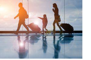 preguntas frecuentes que hace inmigración al llegar a Chile. Familia llegando al aeropuesto